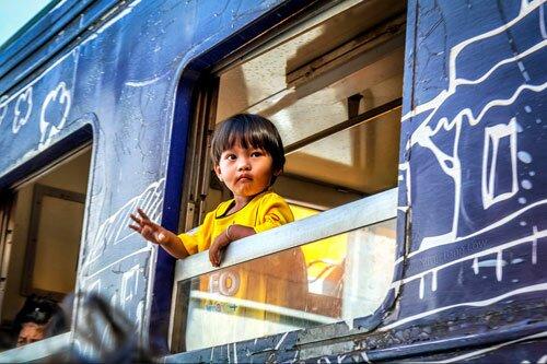 เด็กน้อยบนรถไฟ ตลาดร่มหุบ
