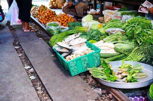 แผงขายผักติดดิน ตลาดร่มหุบ