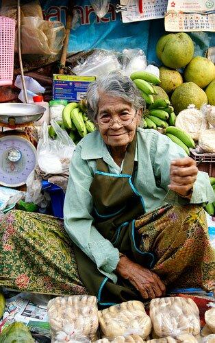 คุณยายขายน้ำตาลมะพร้าว ตลาดร่มหุบ