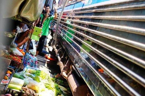 รถไฟเข้าตลาดร่มหุบ เวลาเช้า