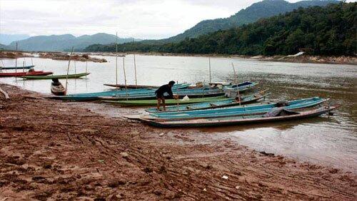 ชาวบ้านหาปลา แม่น้ำโขง
