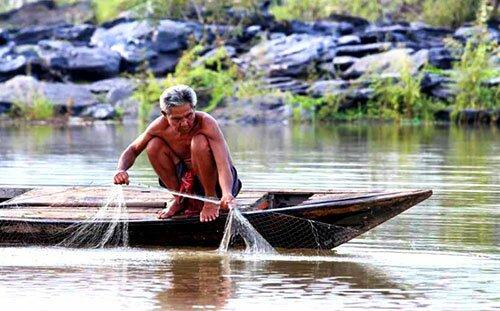 ชาวบ้านทอดแหหาปลา โขงเจียม อุบลราชธานี